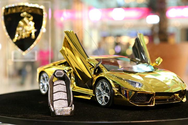 Gold-Lamborghini-Aventador-Model-at-Dubai-Mall